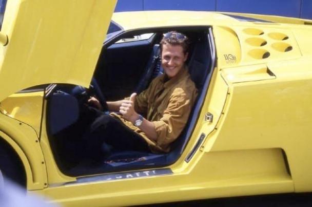Михаэль Шумахер за рулем своего суперкара Bugatti EB110 SS - фото