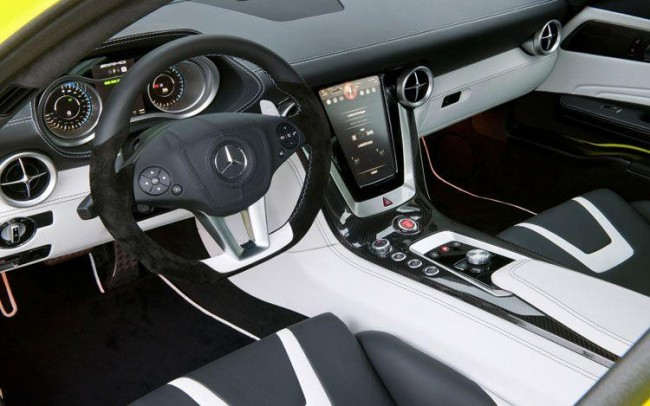 В салоне суперкара Mercedes SLS E-Cell