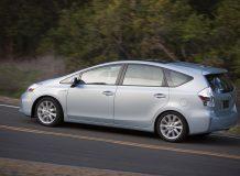 Минивен Toyota Prius V фото