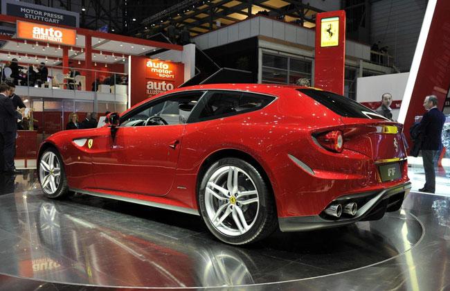 Красная Ferrari FF на Женевском автосалоне 2011
