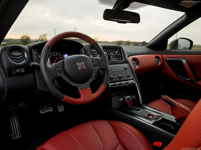 Фото салона Nissan GT-R 2013