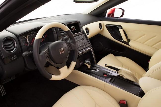 Салон Nissan GT-R 2014 цвета слоновой кости