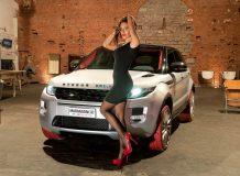 Красивая девушка и Range Rover Evoque