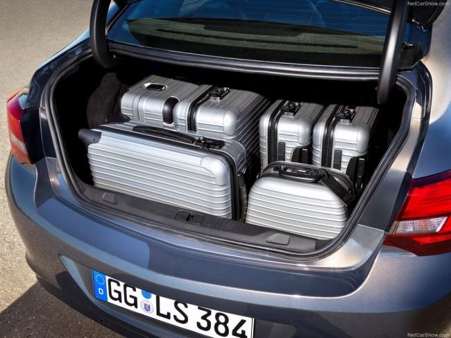 Фото багажника Опель Астра J седан
