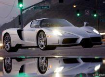 Серебристый Ferrari Enzo