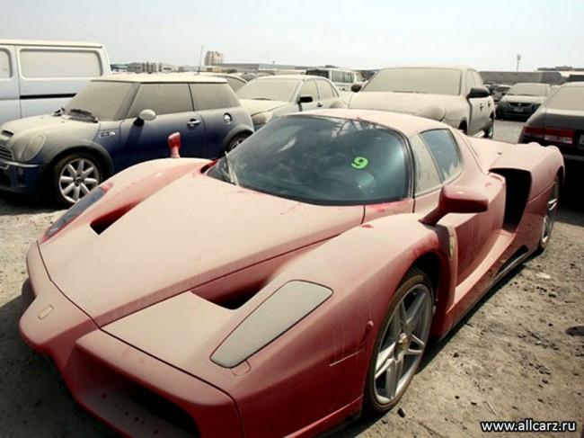 Запыленный Ferrari Enzo на штрафстоянке в Дубае