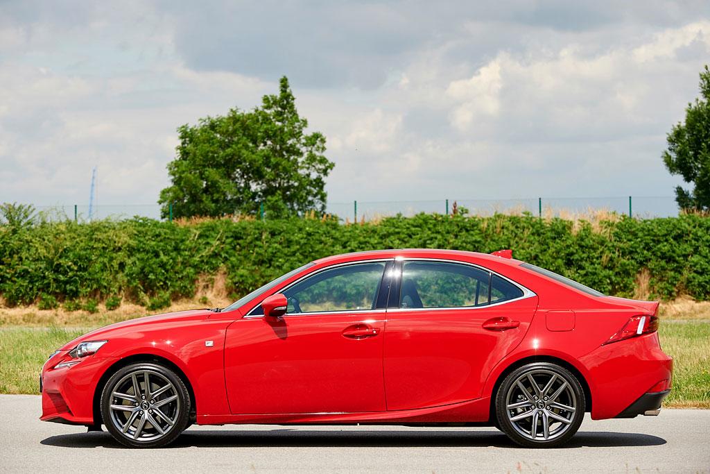 Lexus IS 2018 фото