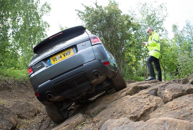 Удаленное управление Range Rover на бездорожье