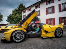 Жена Бенджамина Слосса за рулем FXX K