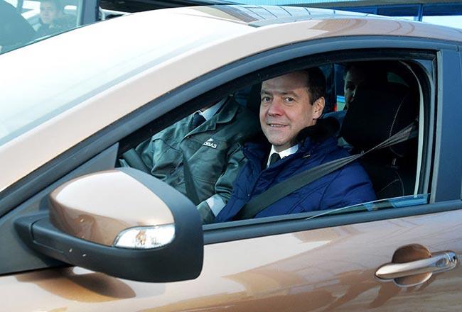 Дмитрий Медведев за рулем Lada XRAY