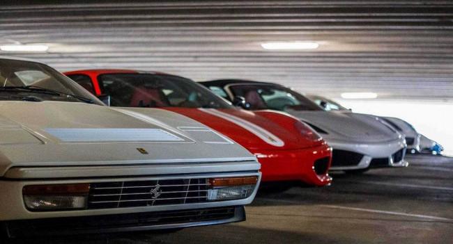 Коллекция суперкаров на парковке