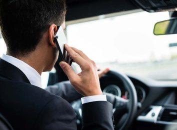 Водитель говорит по телефону
