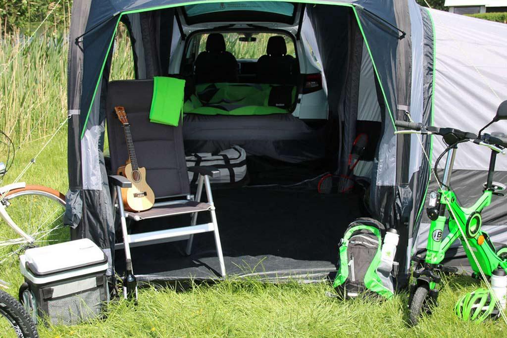 Если нет денег на кемпер: компания Skoda презентовала недорогую надувную палатку