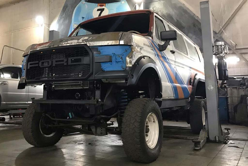 Raptor 6x6 Bus