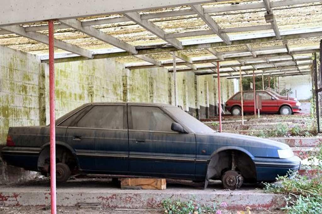 Заброшенный автосалон «Jetberg Garage» и оставленные на его территории машины