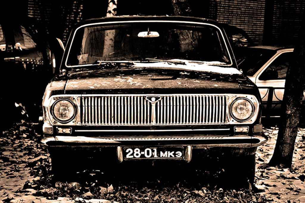 Купил машину с табличками старого образца: можно ли сохранить черные номера?