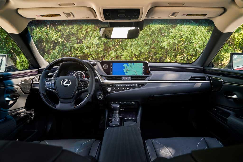 Впервые за всю историю седан Лексус ES получил полноприводную трансмиссию