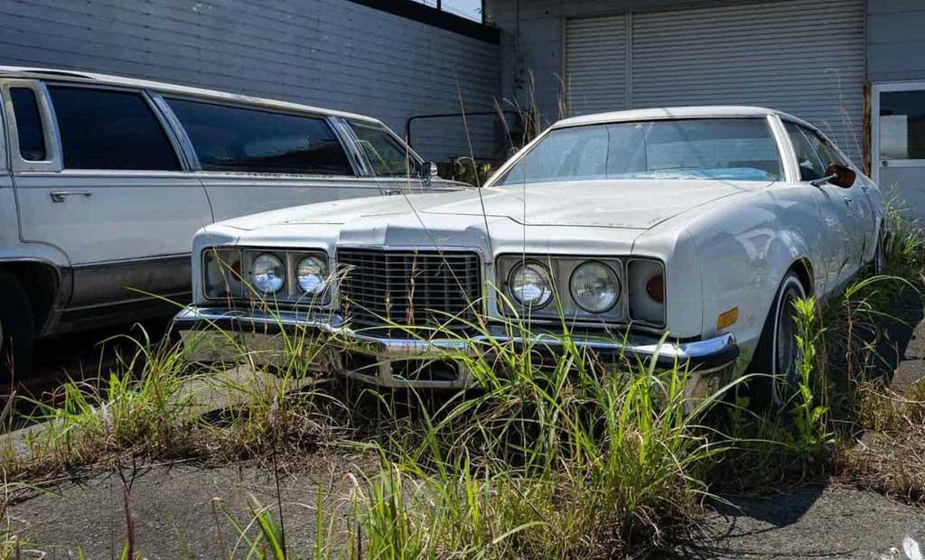 Брошенные американские авто стоят нетронутыми в Фукусиме с 2011 года