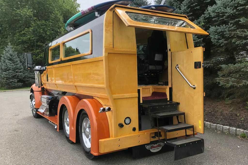 Грузовик International Lonestar переделали в дом на колесах под названием «Woody»