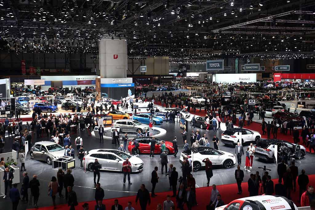 Интерес автопроизводителей к автосалонам заметно упал