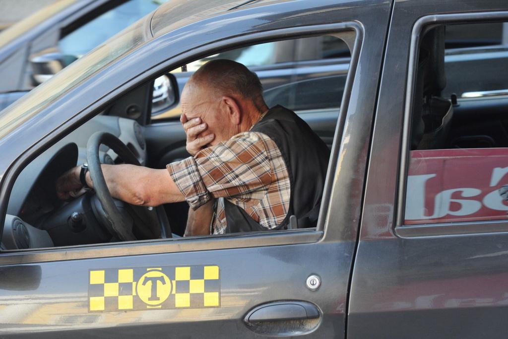 Невыгодная профессия: доходы таксистов за десять лет упали почти вполовину