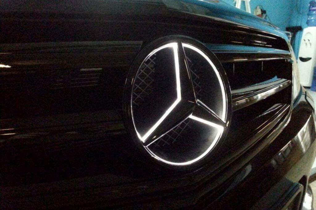 Красиво, но небезопасно: Mercedes отзывает машины из-за светящегося логотипа