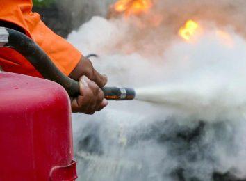 Тушение авто огнетушителем