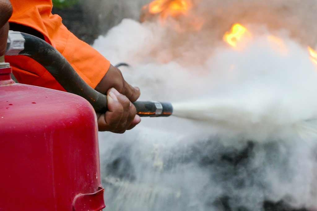 Какой лучше: в МЧС дали рекомендации по использованию огнетушителей для авто