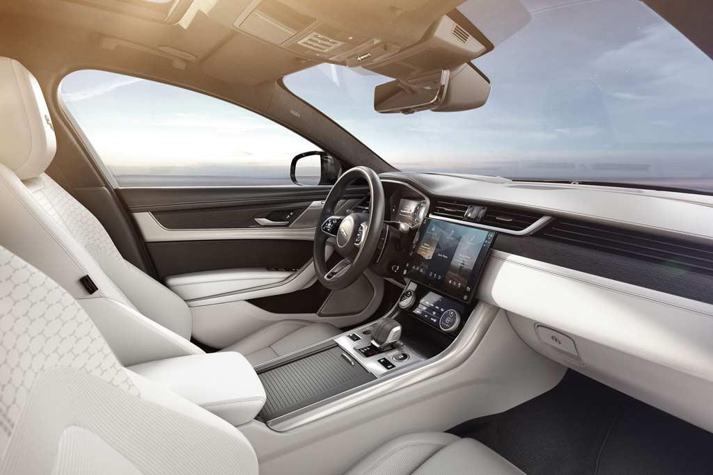 Рестайлинговый Jaguar XF 2021: модель получила новый салон и другие движки