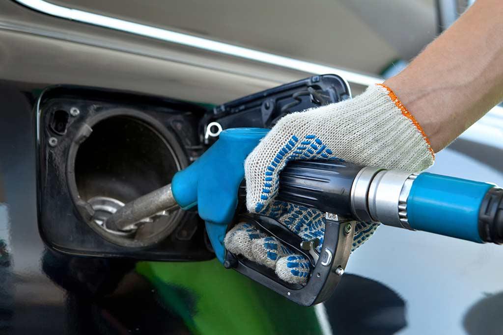 Заправляете машину без перчаток: чем это может быть опасно?
