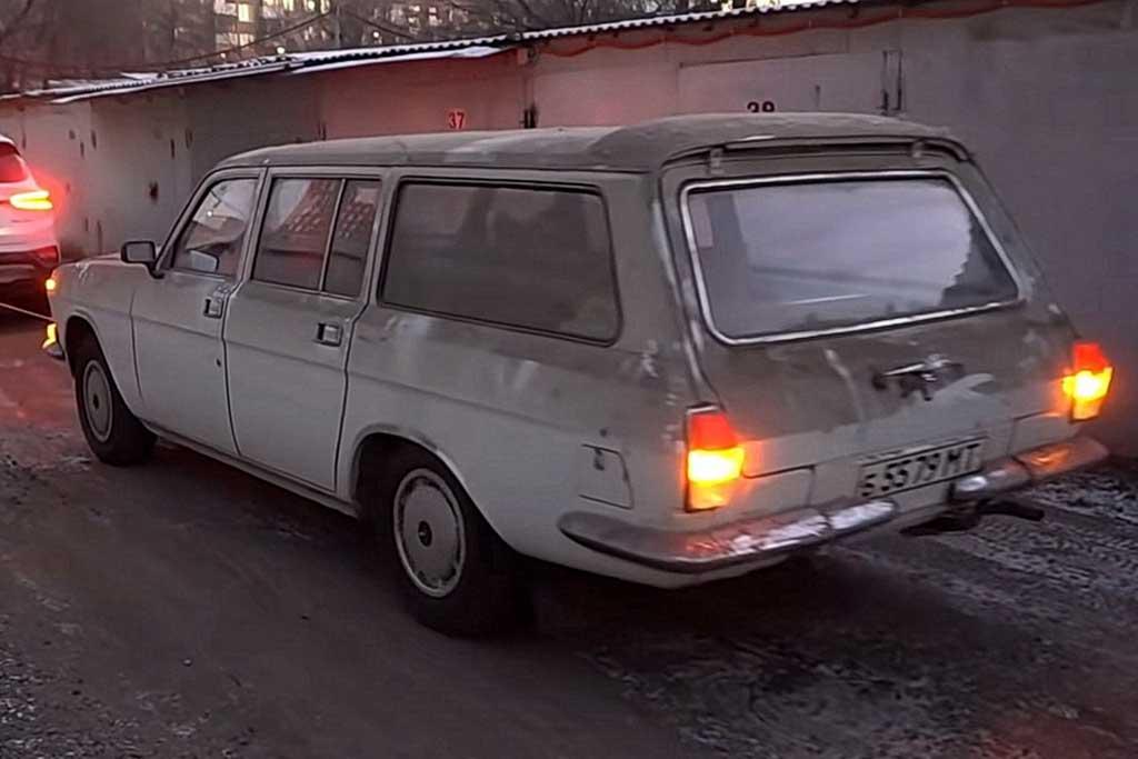 Только пыль смахнуть: новенький ГАЗ 24-12 простоял в гараже 20 лет