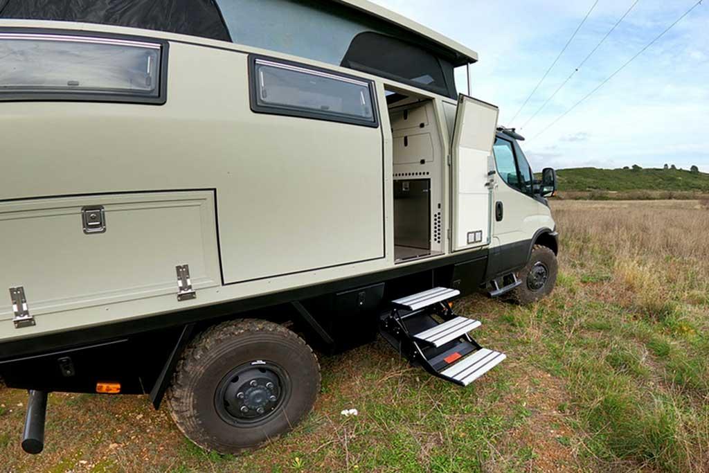 На базе Iveco Daily 4×4 построили кемпер со всем необходимым внутри