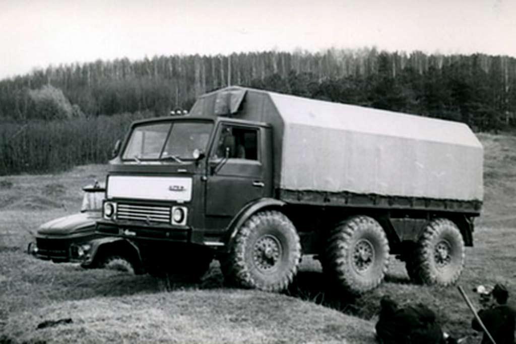 Бескапотный ЗиЛ-132Р с тремя осями: передовой вездеход своего времени