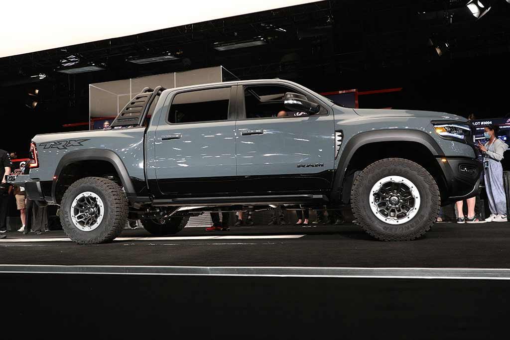 Первые экземпляры GMC Hummer и Ford Bronco ушли с молотка за рекордные суммы