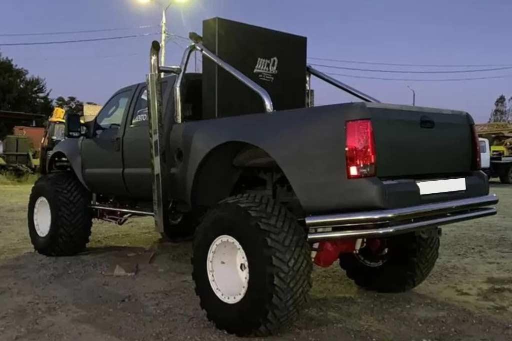 Монструозный Ford F-350: по дорогам РФ колесит большой пикап на огромных колесах