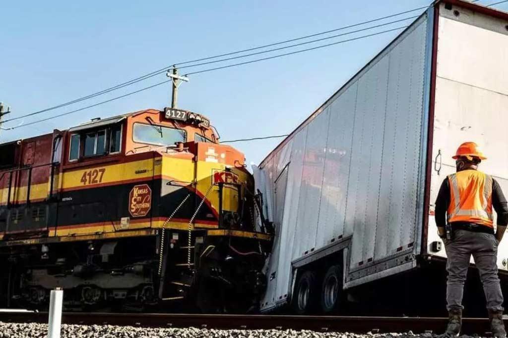 Грузовик попал под поезд: в трейлере пострадали дорогие суперкары