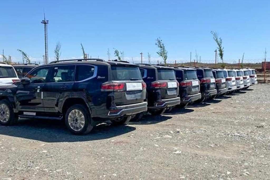 Продажи TLC 300 могут начаться уже скоро: партия машин замечена в Казахстане